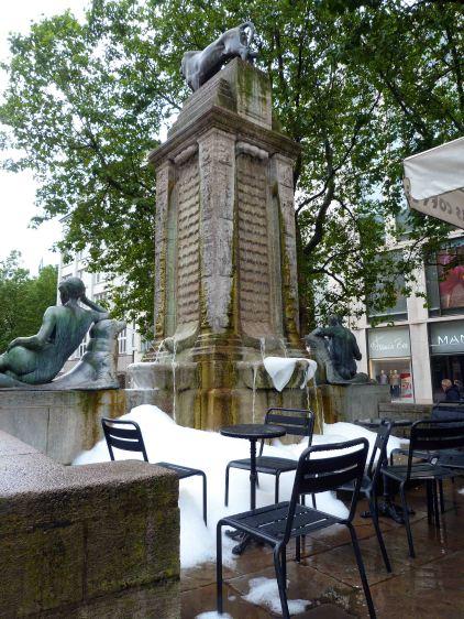Schaumschnee am Mönckeberg-Denkmal (1914-26)