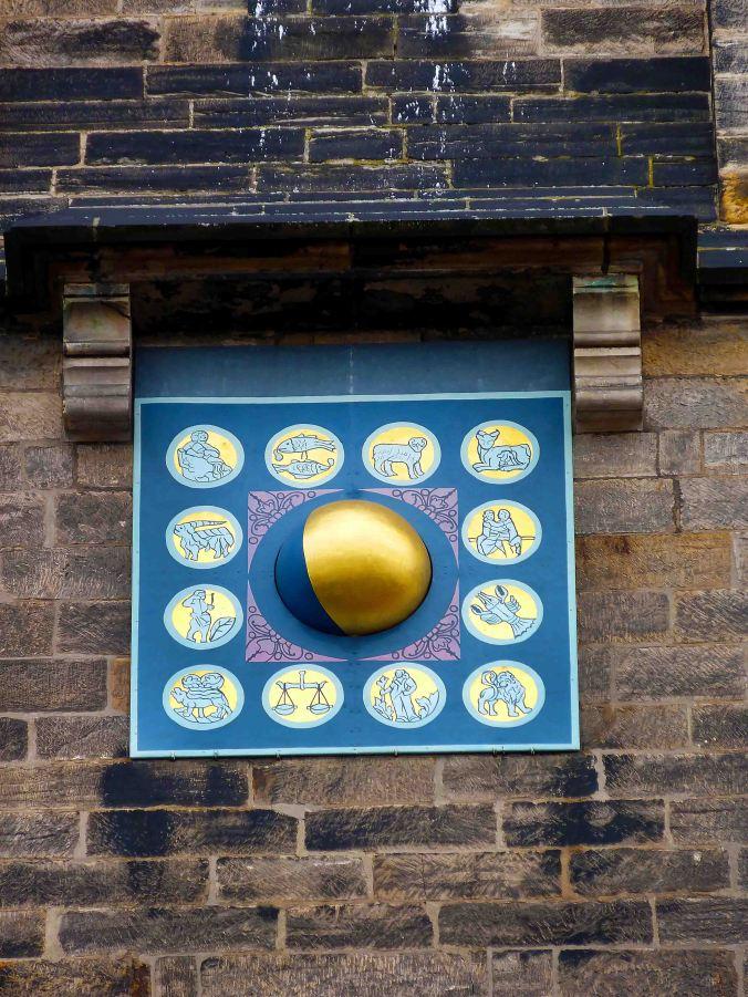 Eines der Schätze an dieser Kirche ist die Monduhr