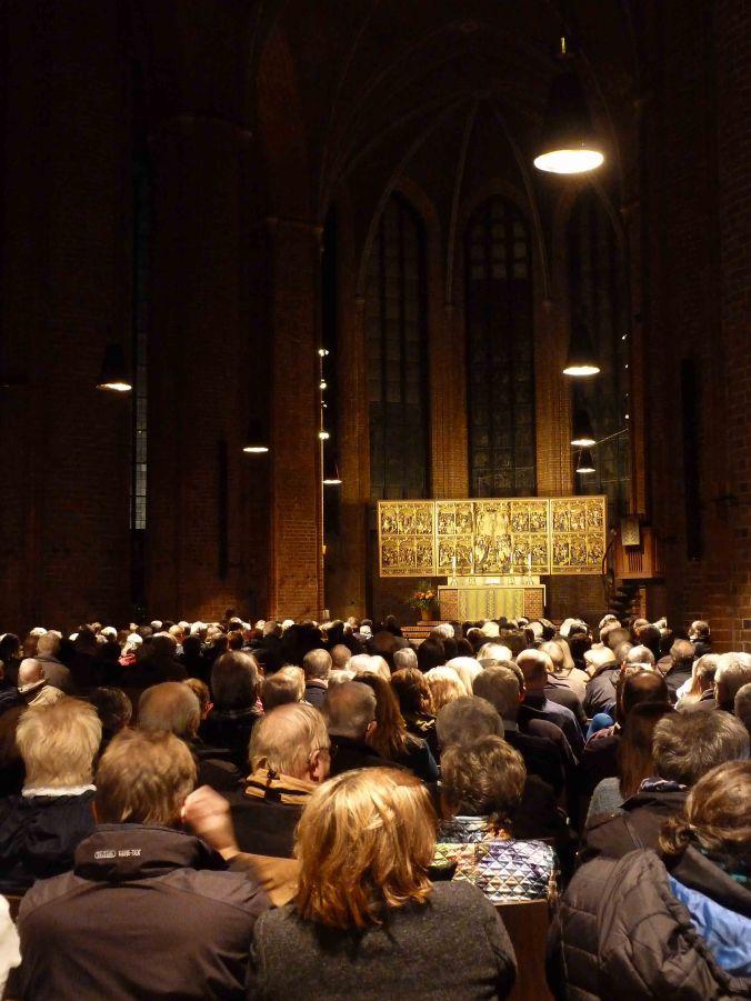 Zuschauerraum zum Altar: die Bühne
