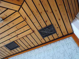 Klimaanlage an der Decke in der Cafeteria.