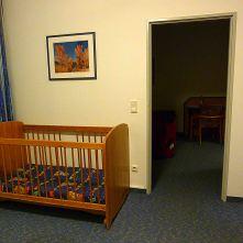 R2 mit Kinderbett, Durchgang zu Raum 1