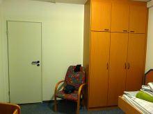 2.Raum mit Badtür, Schrank