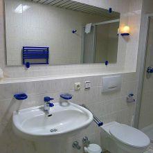 Spiegel mit Wasch-u. Klobecken