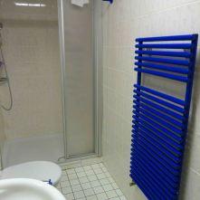 Bad mit Dusche. Heizung