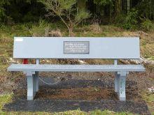 Eine weise Sitzbank.