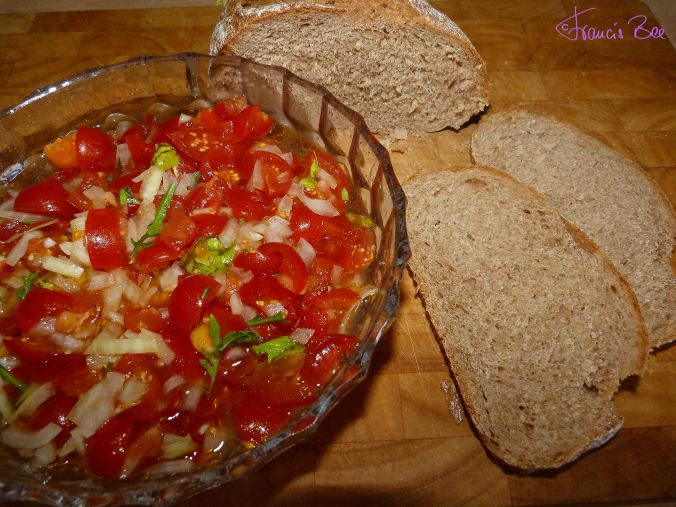 Tomatensalat mit Dinkel-Vollkornbrot