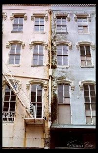 Marode Fassade mit Schimmelbelag