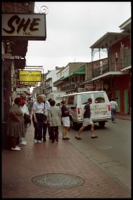 Straßenszene Schwarz-Weiß, Bewohner-Touristen