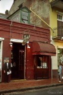 """Steak-House Pit mit """"blindem Türsteher"""", der die Speisekarte in der Hand hat"""