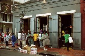 Boubon Street/Rue Bourbon mit schwarzen Kindern die auf der Straße zur Musik steppen