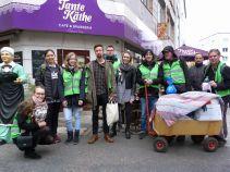 Die Gruppe, die mit einem Handwagen voller Geschenke für die Bedürftigsten unter uns ...