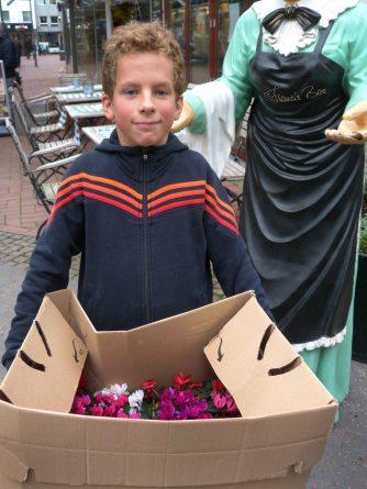 Kleiner Helfer mit Blumengeschenken
