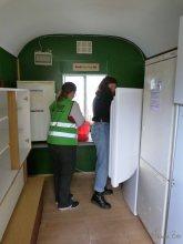 Serve the city: Aktive Helfer putzen die Kühlschränke auch von innen.