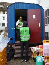 Groß-reine-machen im Bauwagen für eine saubere Lebensmittelausgabe